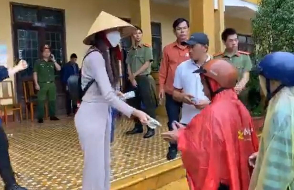 Cong an TPHCM xac minh don to cao ca si Thuy Tien tu thien mien Trung-Hinh-10