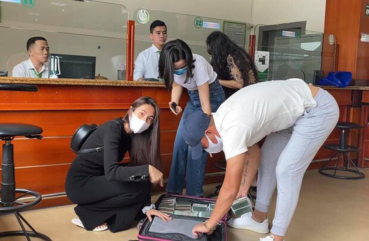 Cong an TPHCM xac minh don to cao ca si Thuy Tien tu thien mien Trung-Hinh-3