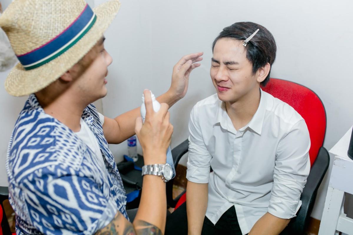 Hoai Lam va ban gai Bao Ngoc tay trong tay di dien-Hinh-3