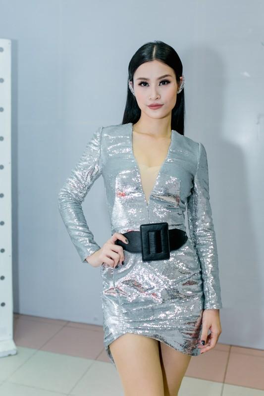 Hoai Lam va ban gai Bao Ngoc tay trong tay di dien-Hinh-7
