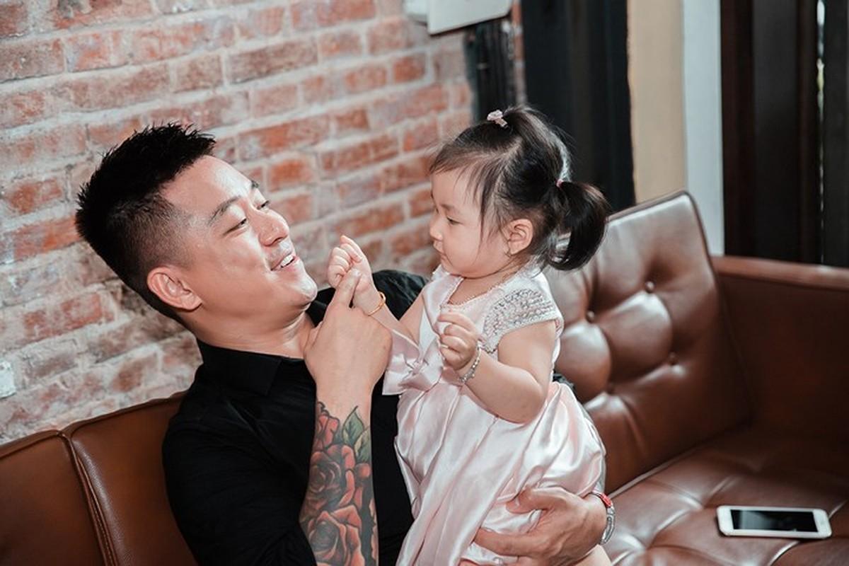 Tuan Hung hat tren ban cong tang khan gia o pho di bo Ho Guom-Hinh-11