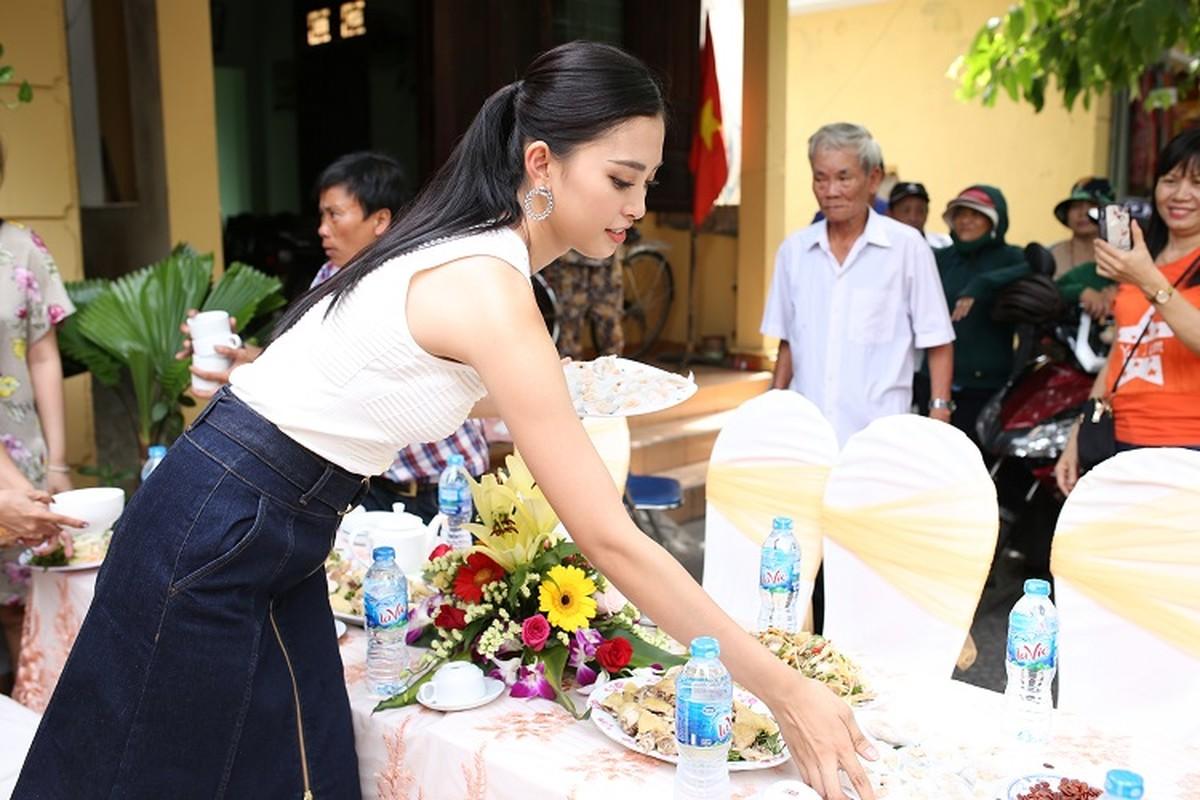 HH Tran Tieu Vy hanh phuc trong vong tay gia dinh khi ve que-Hinh-13