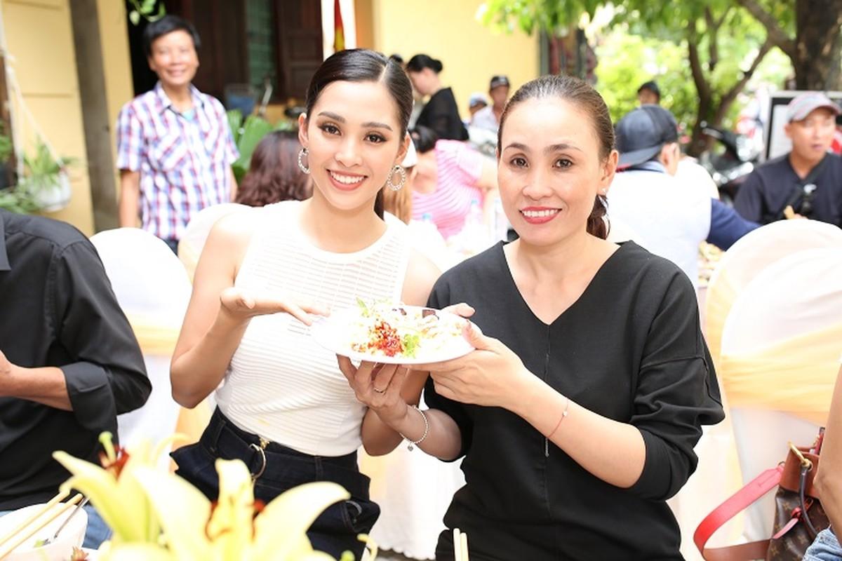 HH Tran Tieu Vy hanh phuc trong vong tay gia dinh khi ve que-Hinh-14