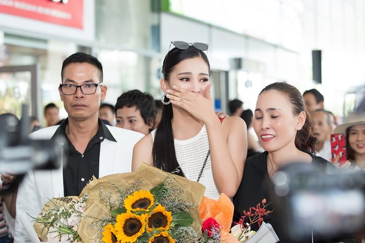 HH Tran Tieu Vy hanh phuc trong vong tay gia dinh khi ve que-Hinh-2