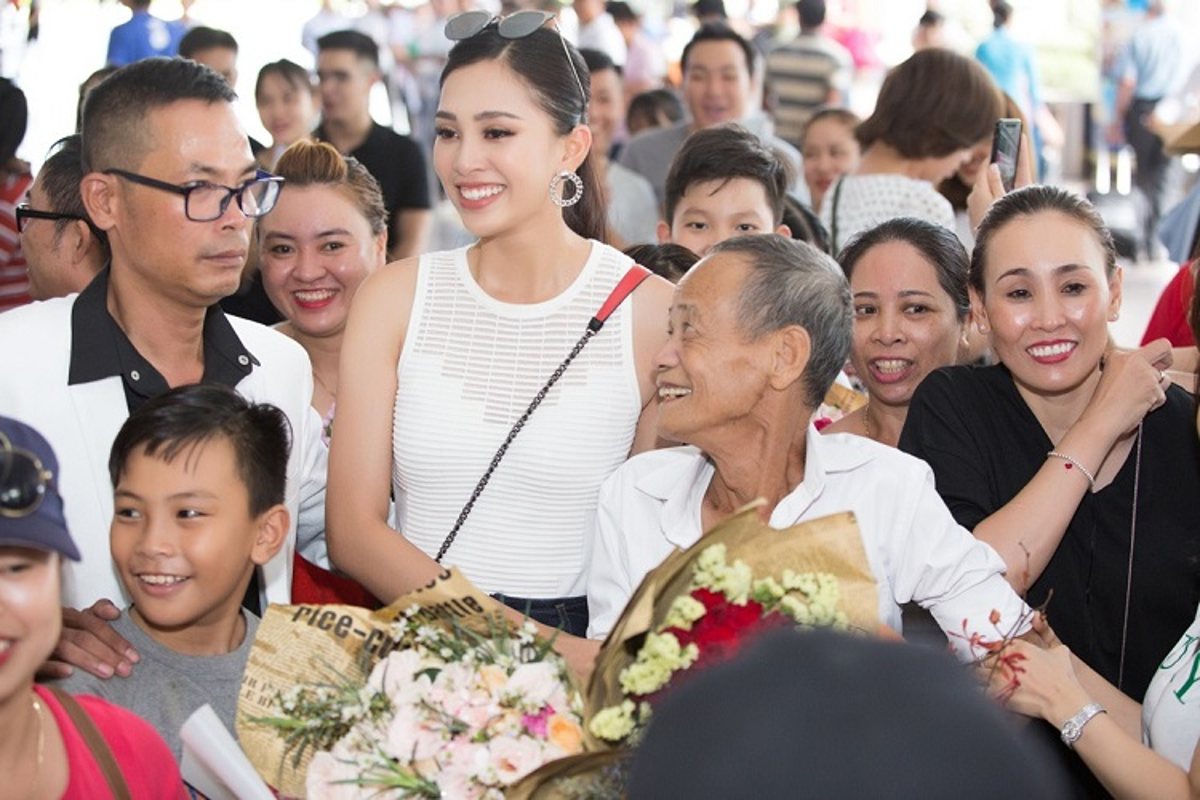HH Tran Tieu Vy hanh phuc trong vong tay gia dinh khi ve que-Hinh-3