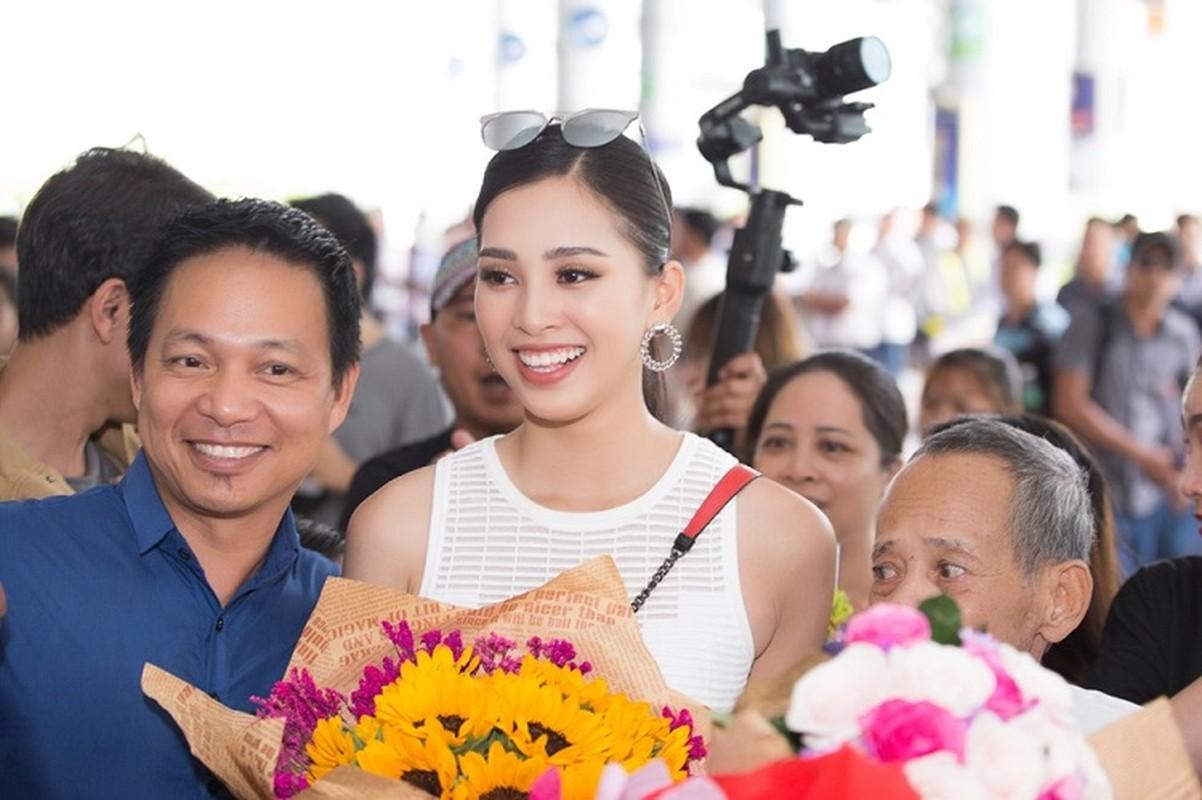 HH Tran Tieu Vy hanh phuc trong vong tay gia dinh khi ve que-Hinh-4