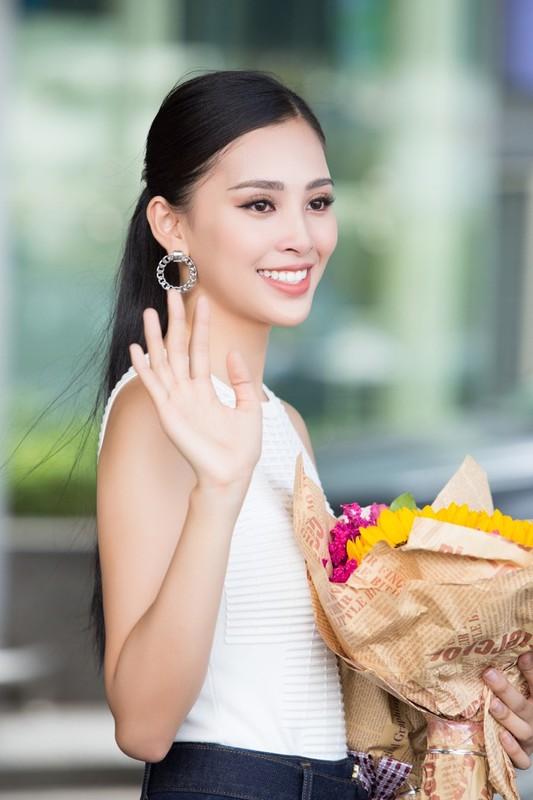 HH Tran Tieu Vy hanh phuc trong vong tay gia dinh khi ve que-Hinh-9