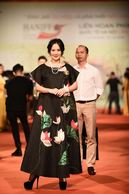 Dan my nhan Viet khoe nhan sac long lay tren tham do-Hinh-8