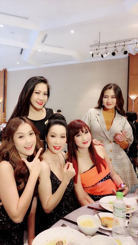 Loat anh dam cuoi Truong Nam Thanh va nu dai gia hon tuoi-Hinh-3