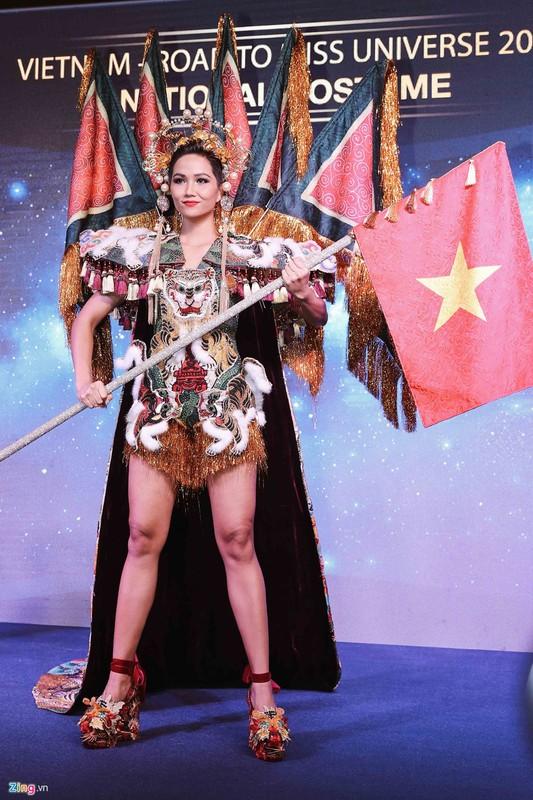 H'Hen Nie cong bo quoc phuc banh my tung gay tranh cai-Hinh-5