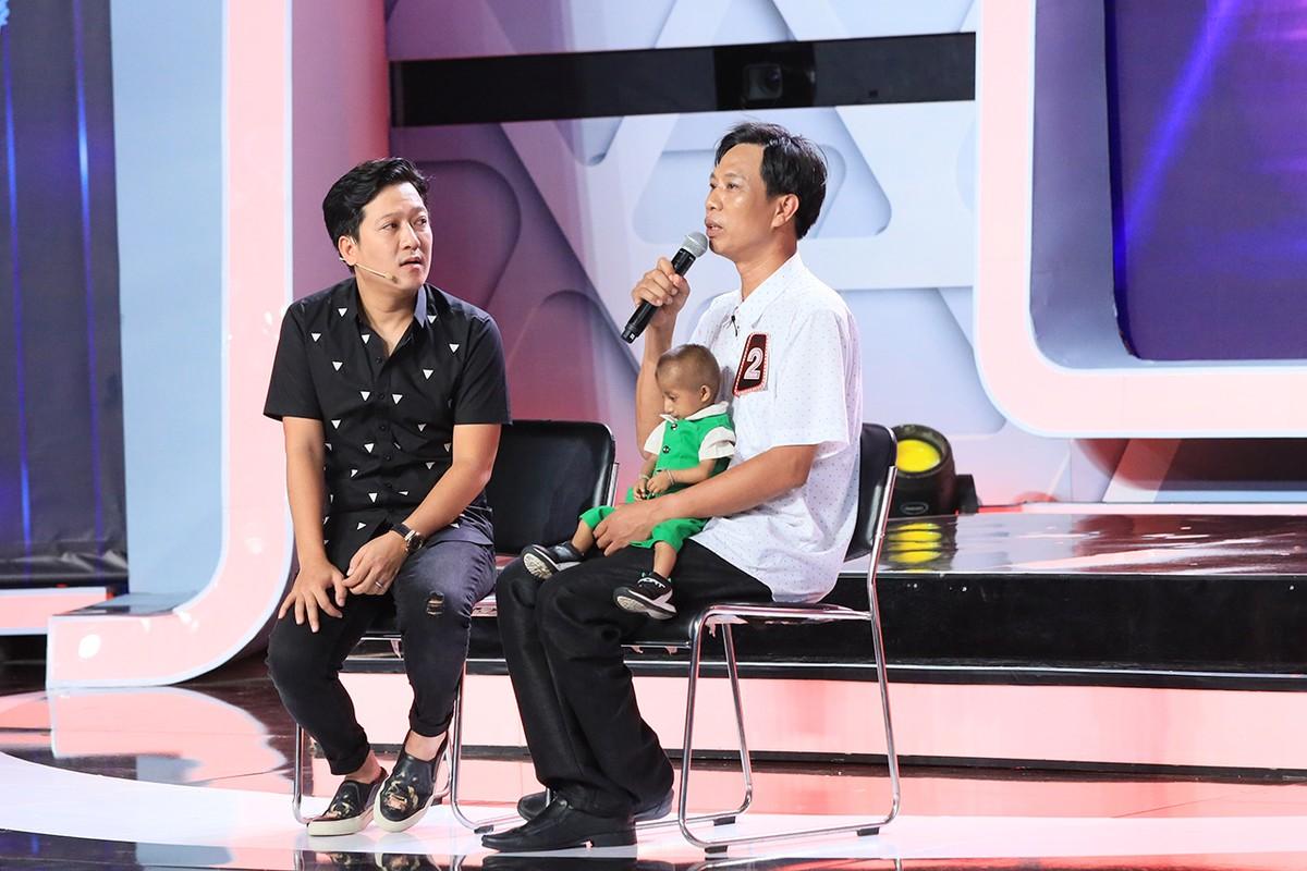 Tran Thanh, Viet Huong tang tien cho cau be ti hon cao 60 cm-Hinh-4