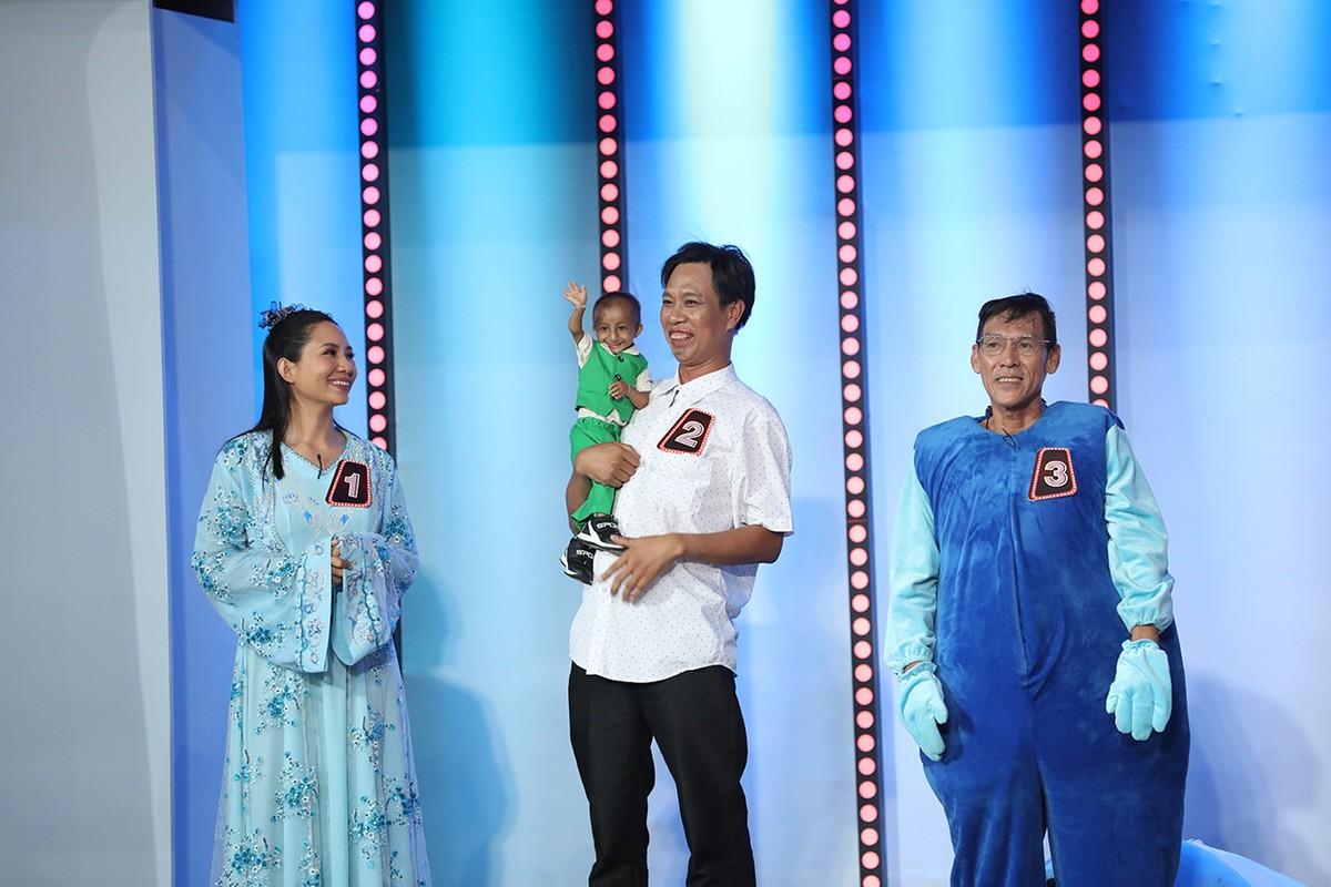 Tran Thanh, Viet Huong tang tien cho cau be ti hon cao 60 cm