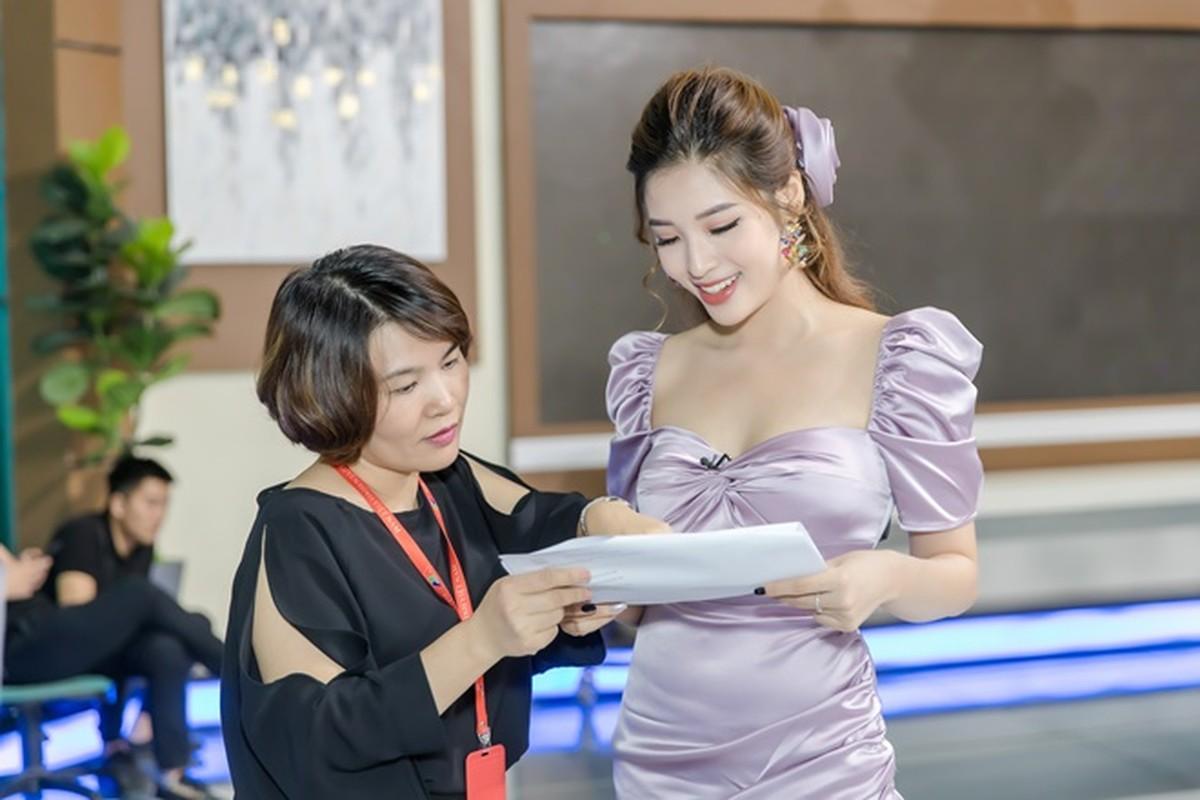 """""""Hoa hau tat ke sam so tren may bay"""" khoe vong 1 hut mat-Hinh-8"""