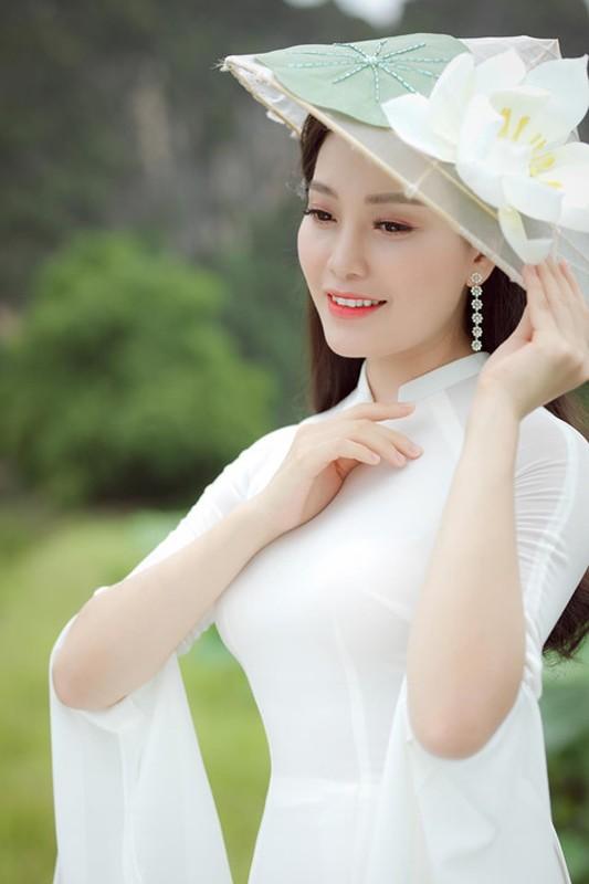 Ngay ngat ngam ca si Huyen Trang chup anh goi cam ben sen-Hinh-3