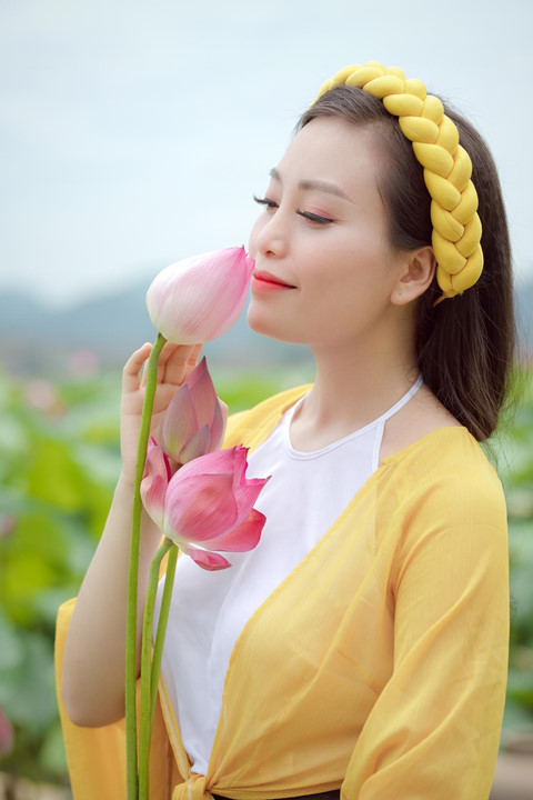 Ngay ngat ngam ca si Huyen Trang chup anh goi cam ben sen-Hinh-6