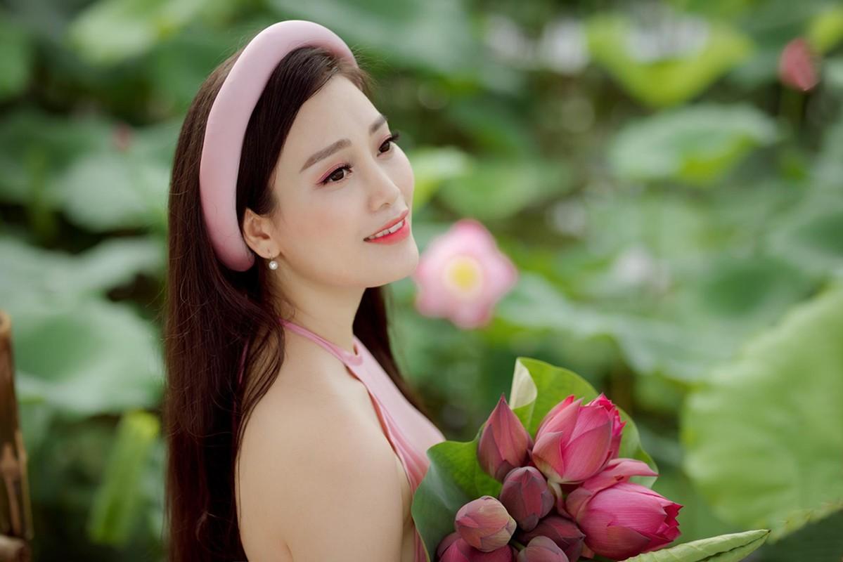 Ngay ngat ngam ca si Huyen Trang chup anh goi cam ben sen-Hinh-8