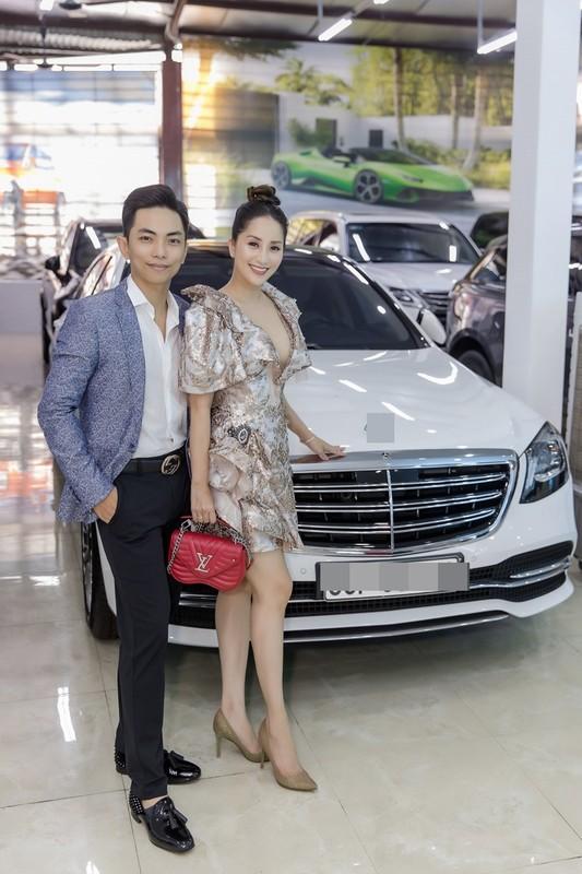 Khanh Thi khoe nguc day lap lo ben chong tre Phan Hien-Hinh-3