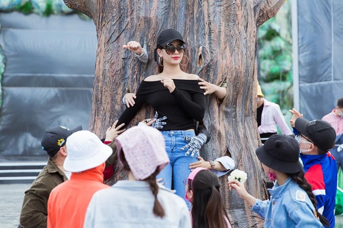 Le Quyen choi troi dien set do tien ty tong duyet Miss World Viet Nam-Hinh-11