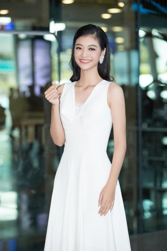 Luong Thuy Linh va hai a hau khoe nhan sac ngoi ngoi o san bay-Hinh-10