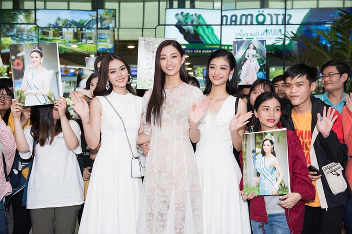 Luong Thuy Linh va hai a hau khoe nhan sac ngoi ngoi o san bay-Hinh-2