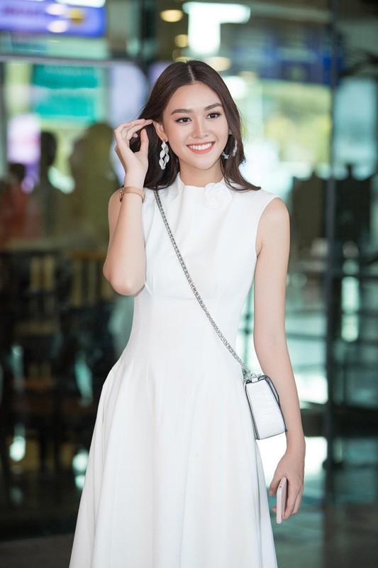 Luong Thuy Linh va hai a hau khoe nhan sac ngoi ngoi o san bay-Hinh-8
