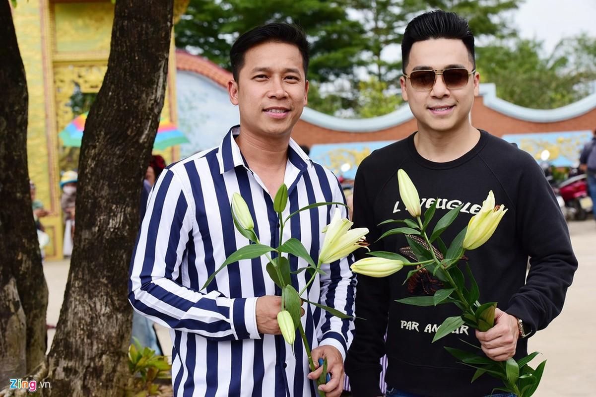 Ho Ngoc Ha va dan sao dang huong o nha tho To cua Hoai Linh-Hinh-9