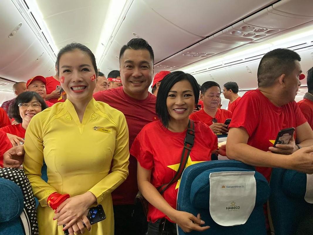Phuong Thanh, Ly Hung mac ao co do sao vang sang Philippines ung ho U22 Viet Nam-Hinh-3