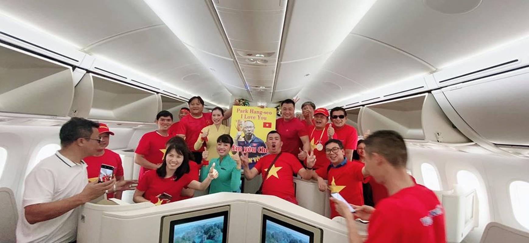 Phuong Thanh, Ly Hung mac ao co do sao vang sang Philippines ung ho U22 Viet Nam-Hinh-7