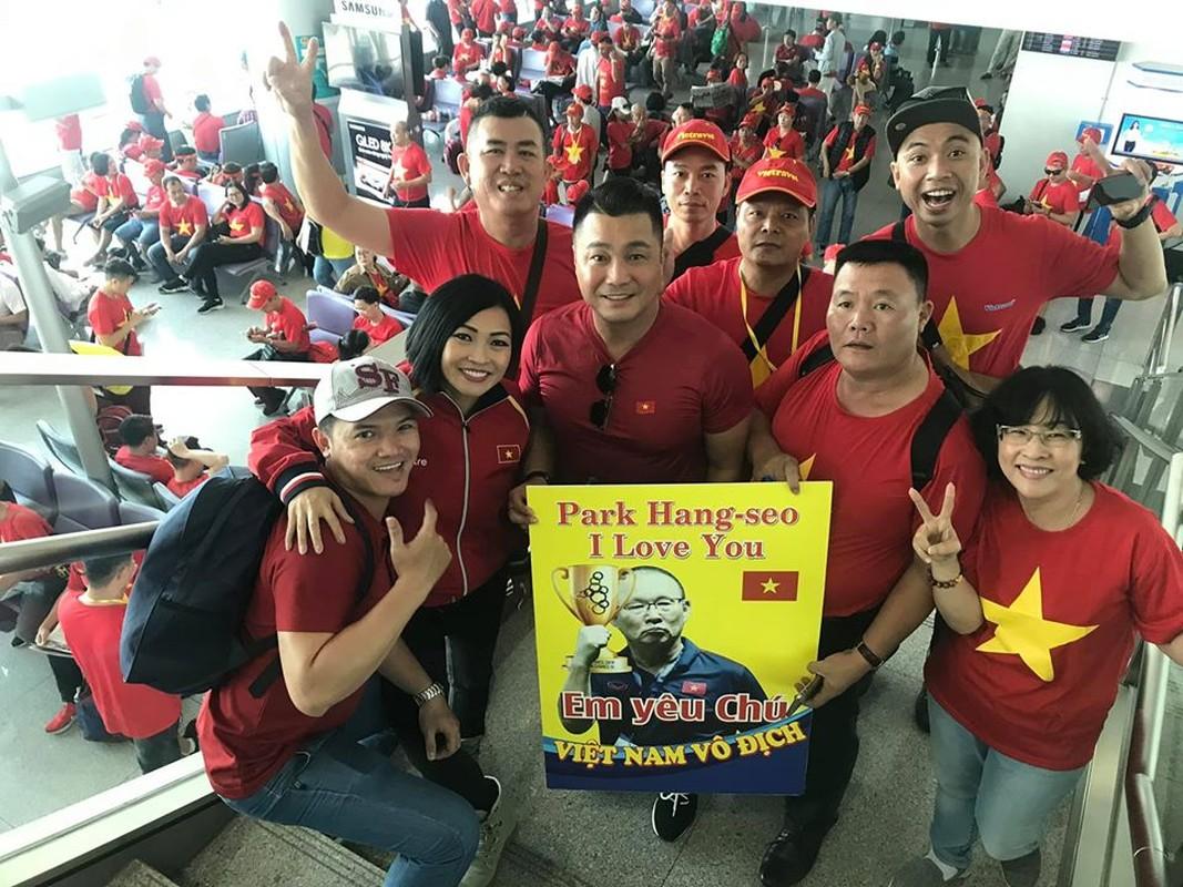 Phuong Thanh, Ly Hung mac ao co do sao vang sang Philippines ung ho U22 Viet Nam