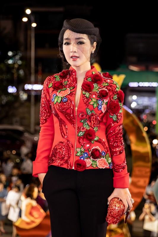 Hoai Linh mac ao ba ba, di dep le cung dan sao du live show Le Quyen-Hinh-5