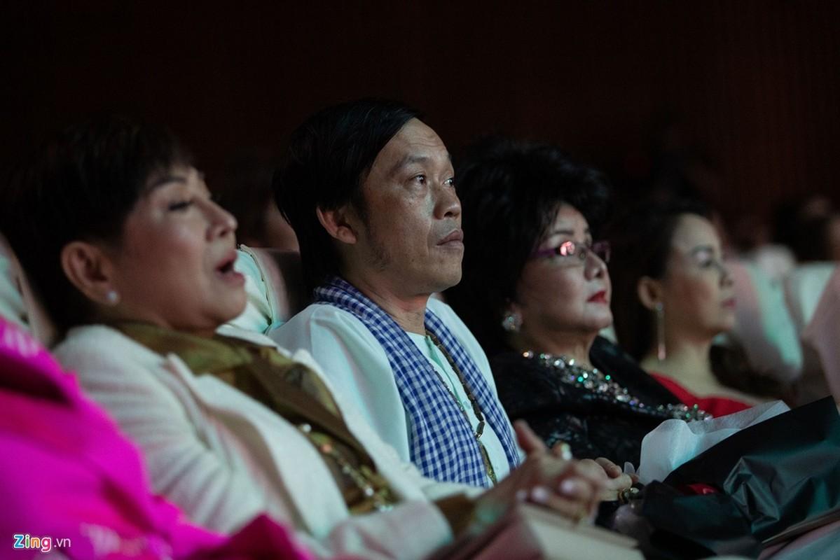 Hoai Linh mac ao ba ba, di dep le cung dan sao du live show Le Quyen-Hinh-6