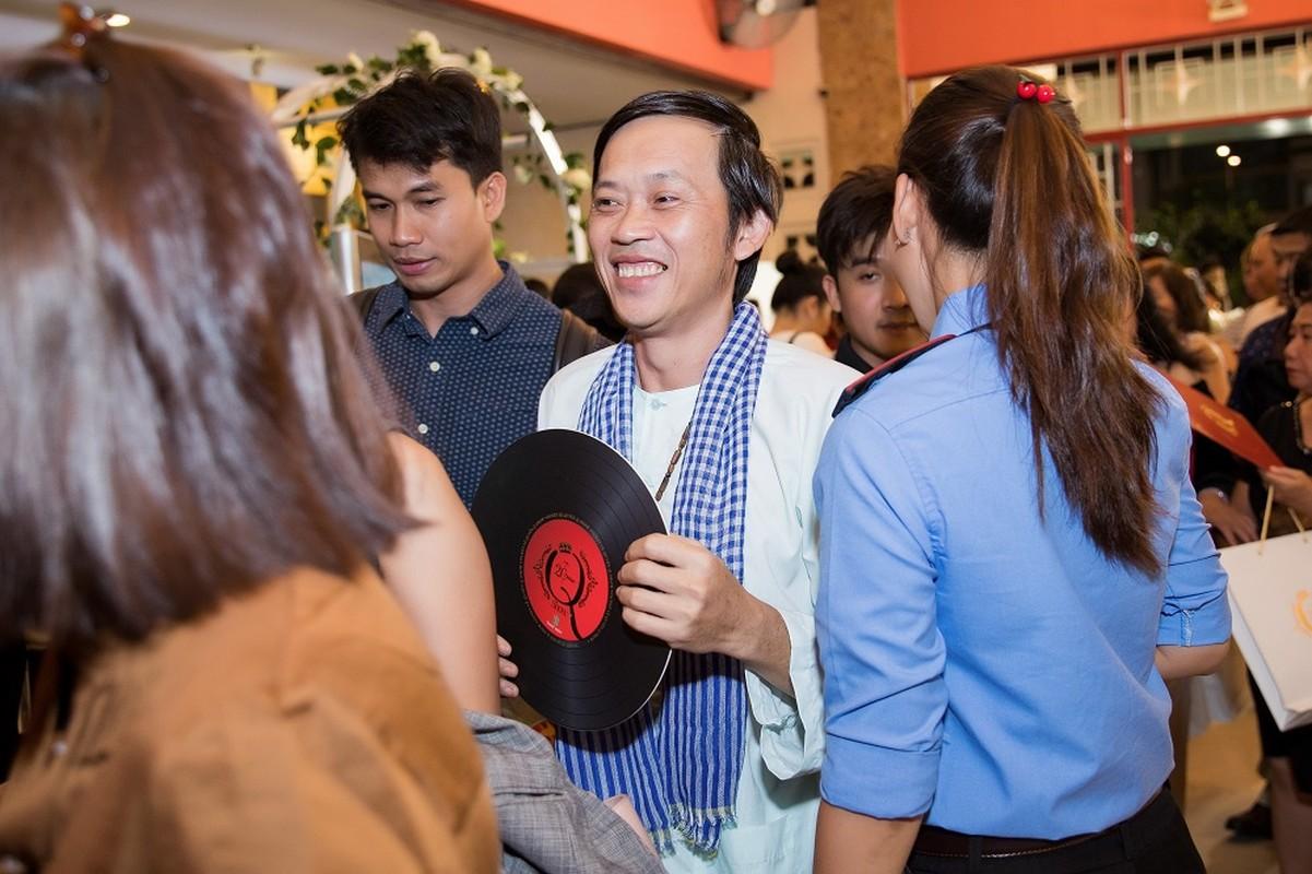 Hoai Linh mac ao ba ba, di dep le cung dan sao du live show Le Quyen