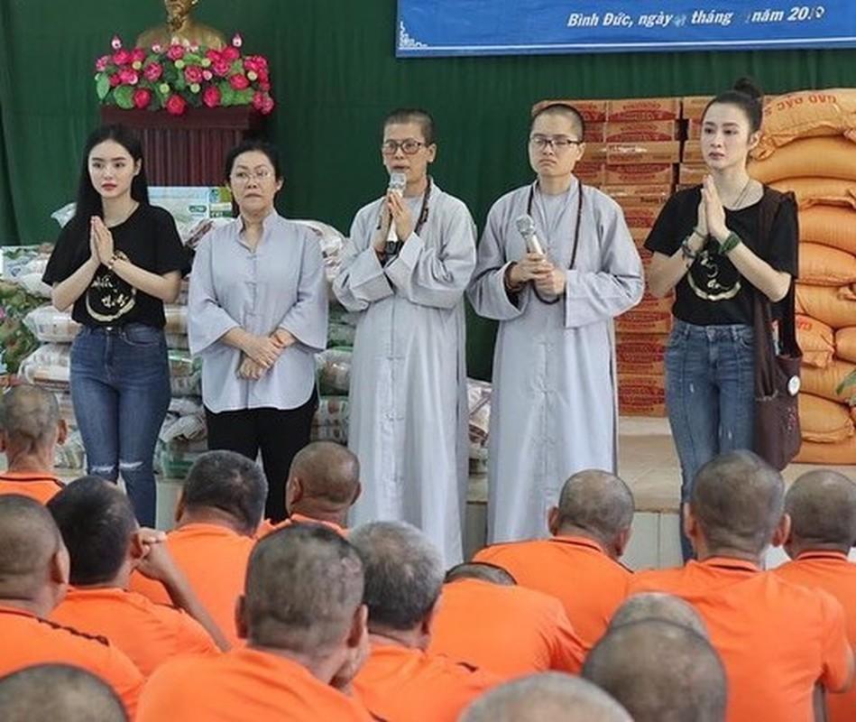 Cuong Do La khoe don Giang sinh am ap ben Dam Thu Trang