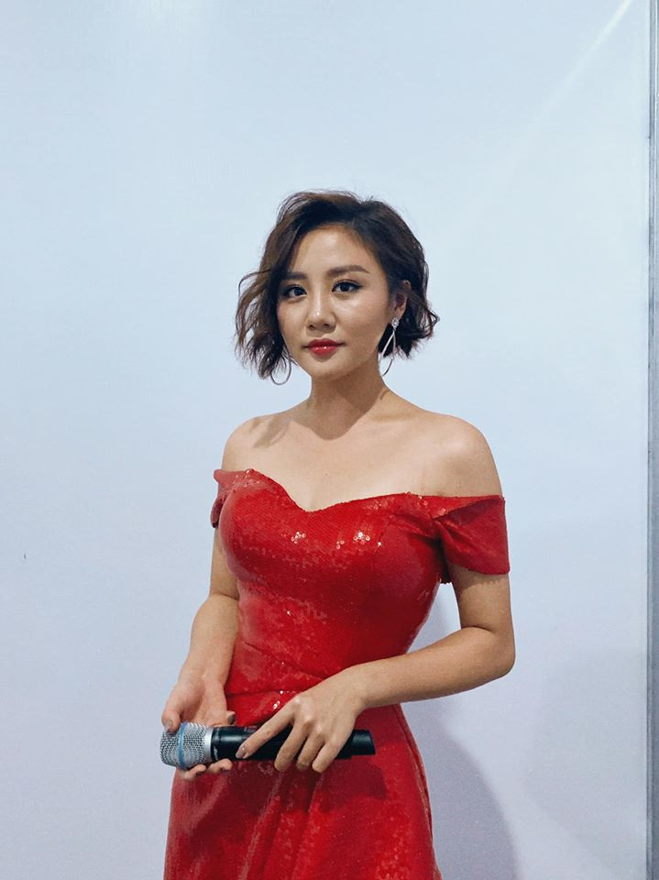 Ve goi cam cua Van Mai Huong dang duoc ca showbiz bao ve vu lo clip nong-Hinh-9