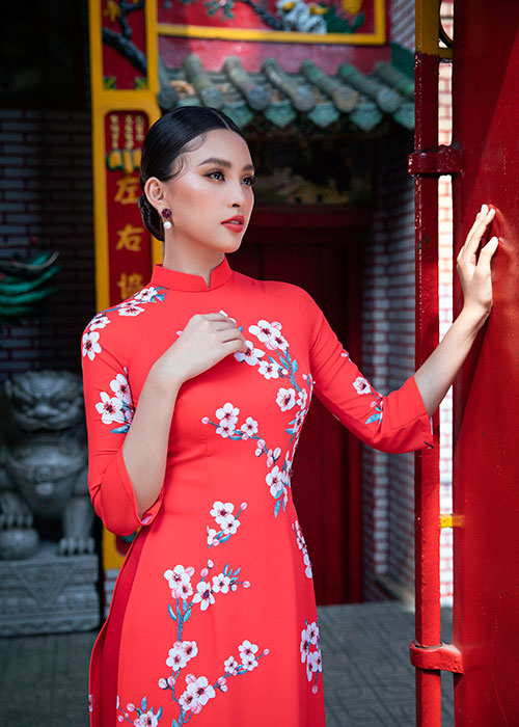 Hoa hau Tieu Vy dien ao dai don Tet dep me dam-Hinh-2