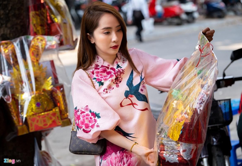 Dien vien Quynh Nga di cho sam le cung ong Cong ong Tao-Hinh-8