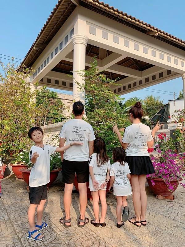 Vo chong Ly Hai - Minh Ha dua 4 con cuc yeu ve que ngay giap Tet-Hinh-4