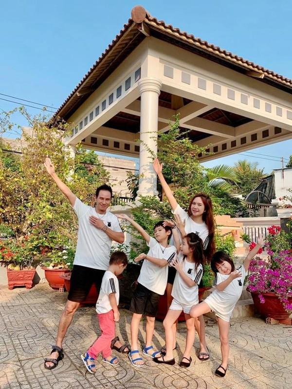 Vo chong Ly Hai - Minh Ha dua 4 con cuc yeu ve que ngay giap Tet