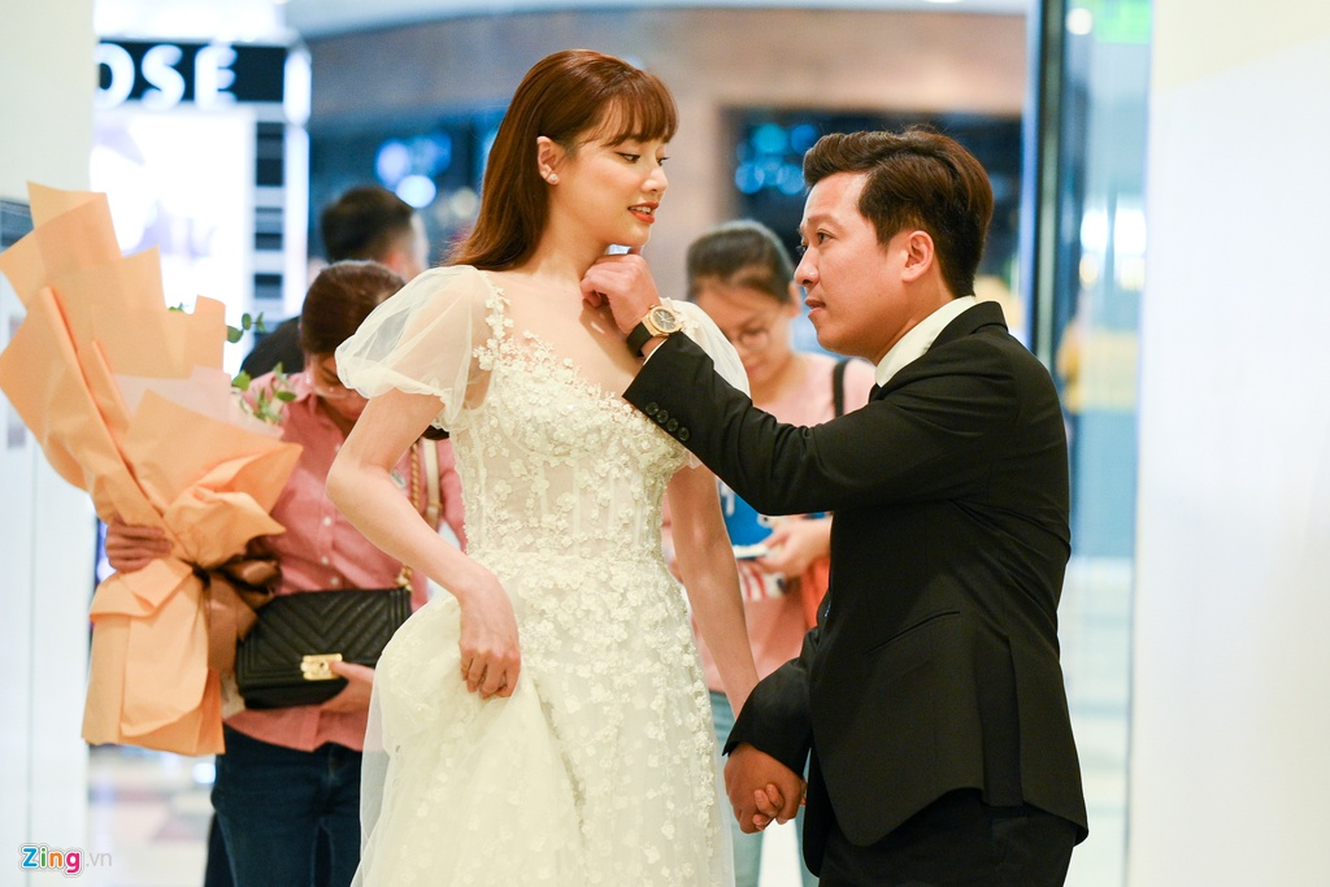 Truong Giang - Nha Phuong tay trong tay, cham soc nhau o su kien-Hinh-2