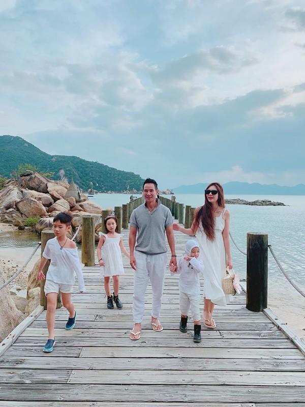 Vo tre dep cua dao dien Ly Hai, sinh 4 con van nhu gai con son-Hinh-14