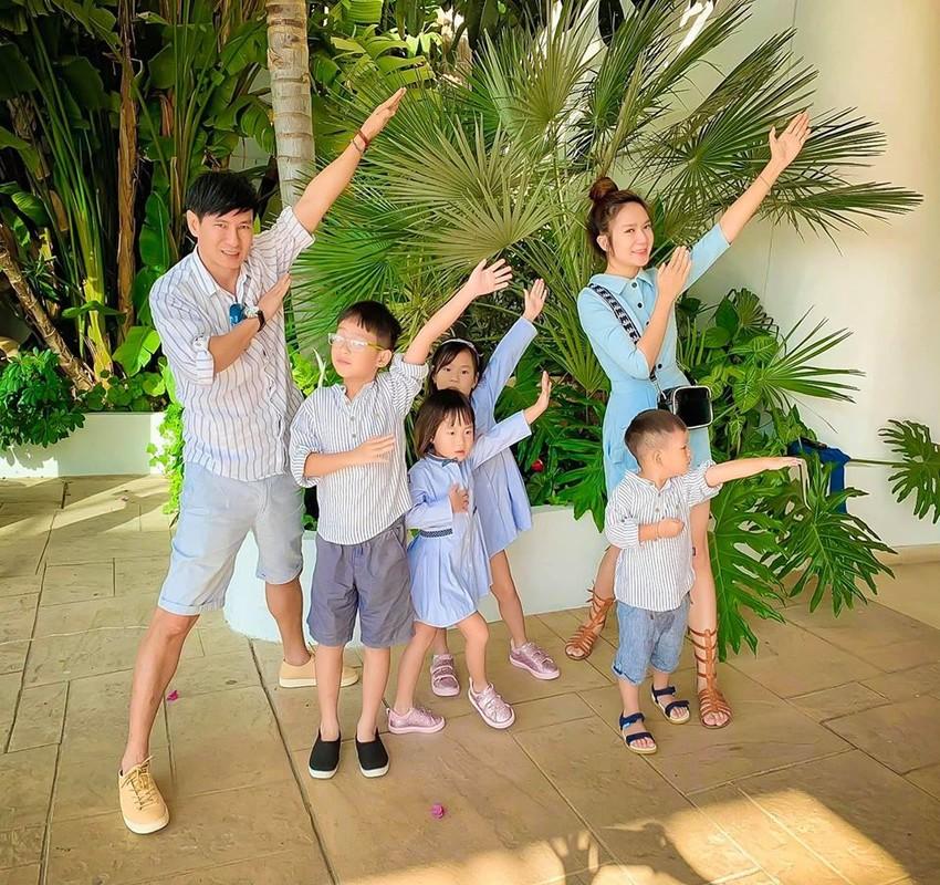 Vo tre dep cua dao dien Ly Hai, sinh 4 con van nhu gai con son-Hinh-9