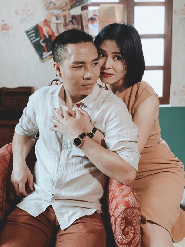 MC Hoang Linh khoa moi chong sau tin nhan