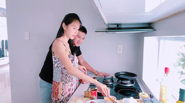 """Thuy Tien kheo chieu chong cham con, bao sao Cong Vinh khong """"chan com them pho""""-Hinh-4"""