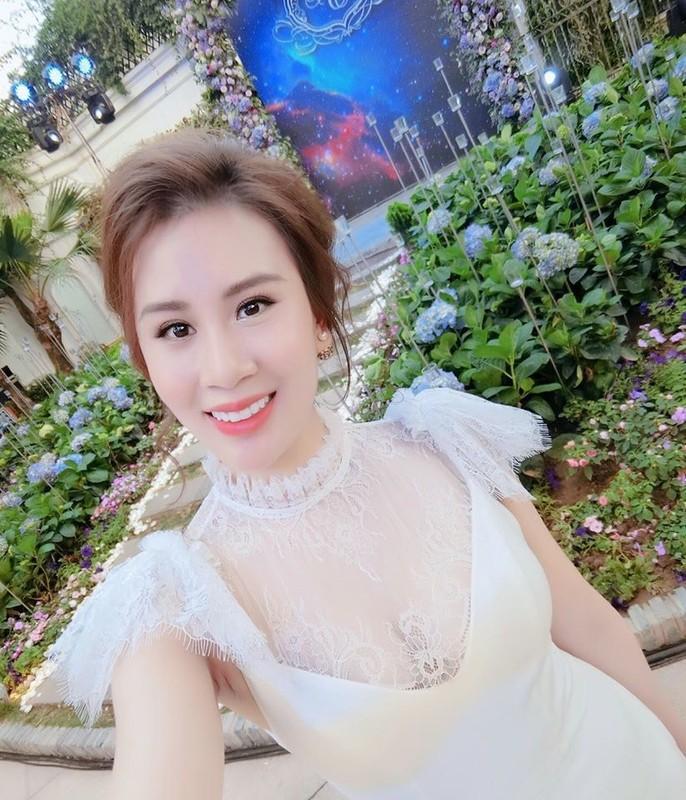 Nhan sac xinh dep cua vo MC Thanh Trung tung la tiep vien hang khong-Hinh-17