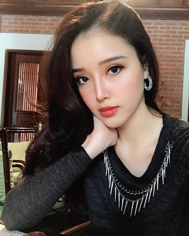 """Em gai Mai Phuong Thuy """"tro ma"""" xinh dep, goi cam lan luot chi hoa hau"""