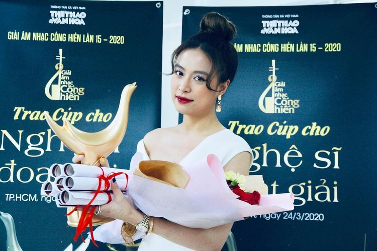 Hoang Thuy Linh thang lon, doat 4 giai Am nhac Cong hien lan thu 15