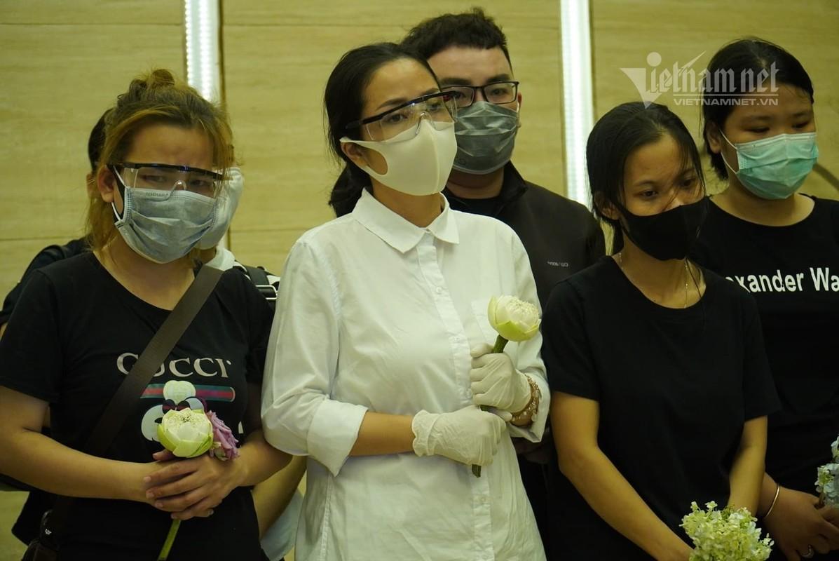 Me Mai Phuong khoc nghen khi con gai duoc dua vao hoa tang