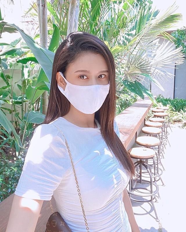 Le Quyen kheo khoe dong ho, nhan kim cuong dat gia-Hinh-7