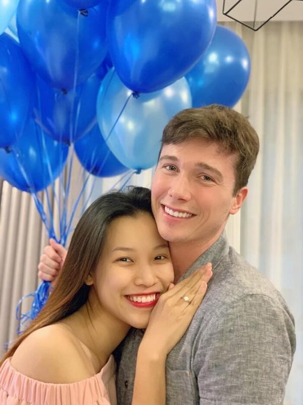 MC Hoang Oanh dua con moi sinh sang Singapore doan tu cung chong-Hinh-3