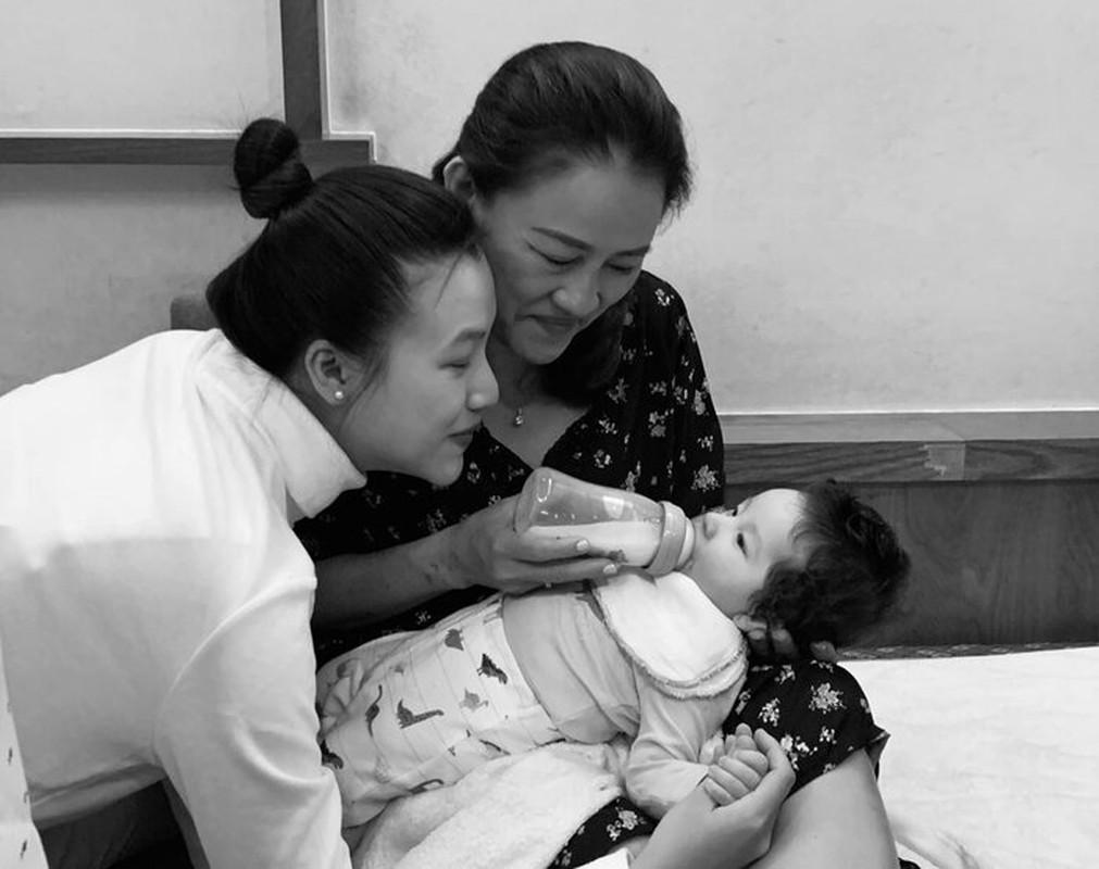 MC Hoang Oanh dua con moi sinh sang Singapore doan tu cung chong-Hinh-7